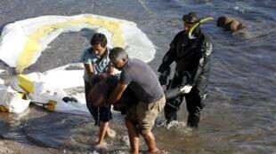 Guarda costeira trabalha no resgate dos corpos dos migrantes, após colisão de barco de madeira com navio de 30 metros de comprimento.