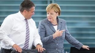 2015年9月15日,德国总理默克尔和阁员经济部长卡布里埃尔在有关移民问题的会议上。