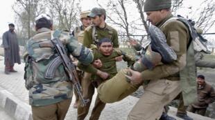 Ana kwasar daga cikin Jami'an tsaron da suka jikkata a harin Kashmir kasar India.