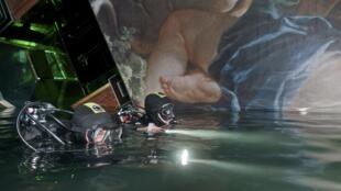 Спасатели-аквалангисты итальянского ВМФ в одном из салонов затонувшего лайнера Costa Concordia 23/01/2012