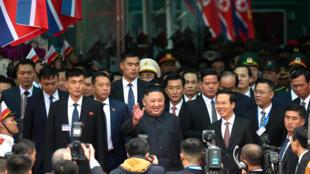 Ông Võ Văn Thưởng, bí thư Trung ương Đảng, trưởng ban Tuyên giáo Trung ương (P) đón lãnh đạo Bắc Triều Tiên Kim Jong Un (G) tại ga Đồng Đăng, sáng 26/02/2019.