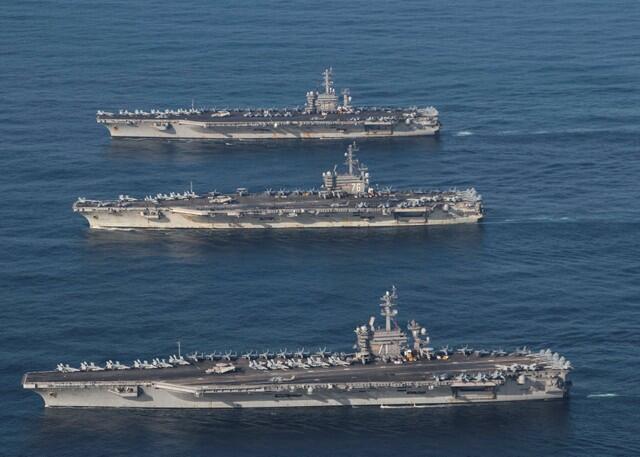 參加美日海軍聯合軍演的美國艦隊,2017年11月停靠在太平洋國際海域