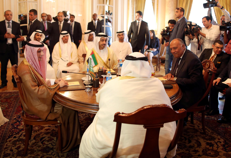 Mawaziri wa kigeni wa Saudi Arabia Abdelal-Jubeir (wa pili kutoka kushoto), Falme za Kiarabu Abdullah bin Zayed al Nahyan (kushoto), Misri Sameh Chroukry (kulia) na Bahrain Khalid bin Ahmed al- Khalifa (wa pili kutoka kulia), Cairo, Julai 5, 2017.