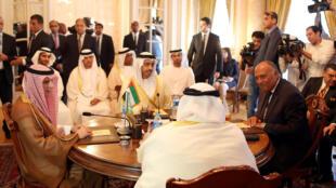 Les ministres des Affaires étrangères de l'Arabie saoudite Abdelal-Jubeir (2-g), des Emirats arabes unis Abdullah bin Zayed al-Nahyan (g), de l'Egypte Sameh Chroukry (d)et du Bahreïn Khalid bin Ahmed al-Khalifa (2-d), au Caire, le 5 juillet 2017.