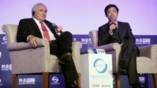 斯特劳斯卡恩与中国央行顾问李稻葵出席北京经济论坛