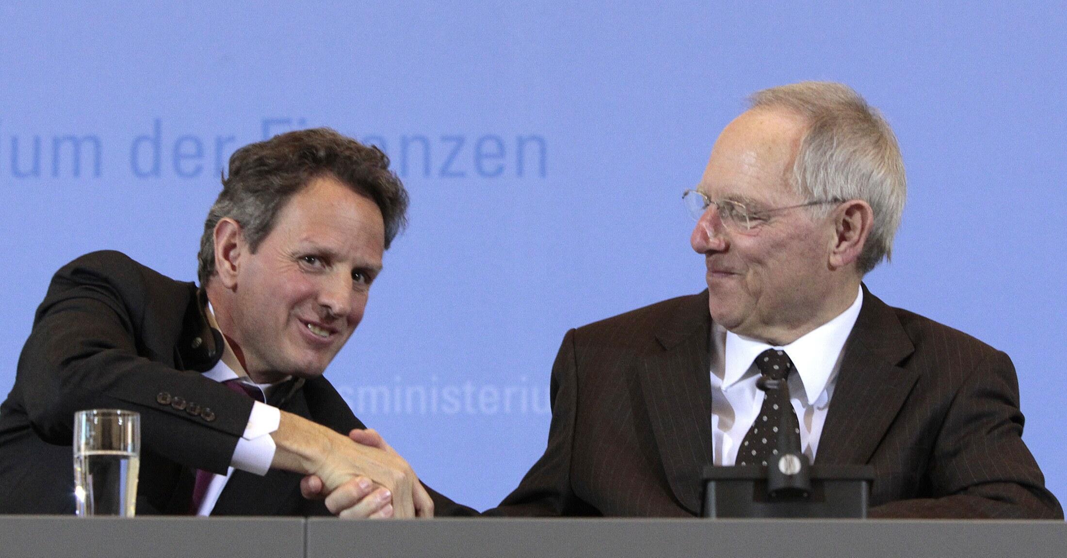 Bộ trưởng Tài chánh Mỹ Timothy Geithner (trái) et đồng nhiệm Đức Wolfgang Schäuble, tại Berlin ngày 8/3/2011.
