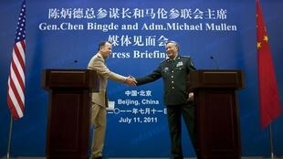 美国军队参谋长联席议会主席马伦与中国军队总参谋长陈炳德2011年7月11日在北京召开记者会前握手。