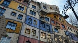 """奧地利最為古怪的藝術家之一、著名畫家百水為維也納市設計了一座""""自然與人共存的建築""""—普通居民住宅樓""""百水屋"""" 攝於2018年3月9日"""