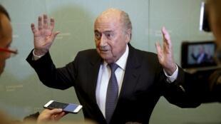 Joseph Blatter respondeu às questões dos jornalistas após participar de uma conferência na Basiléia.