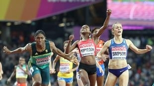 La Sud-Africaine Caster Semenya (à gauche) devancée par la Kényane Faith Kipyegon et l'Américaine Jennifer Simpson en finale du 1500 mètres, aux Championnats du monde 2017.