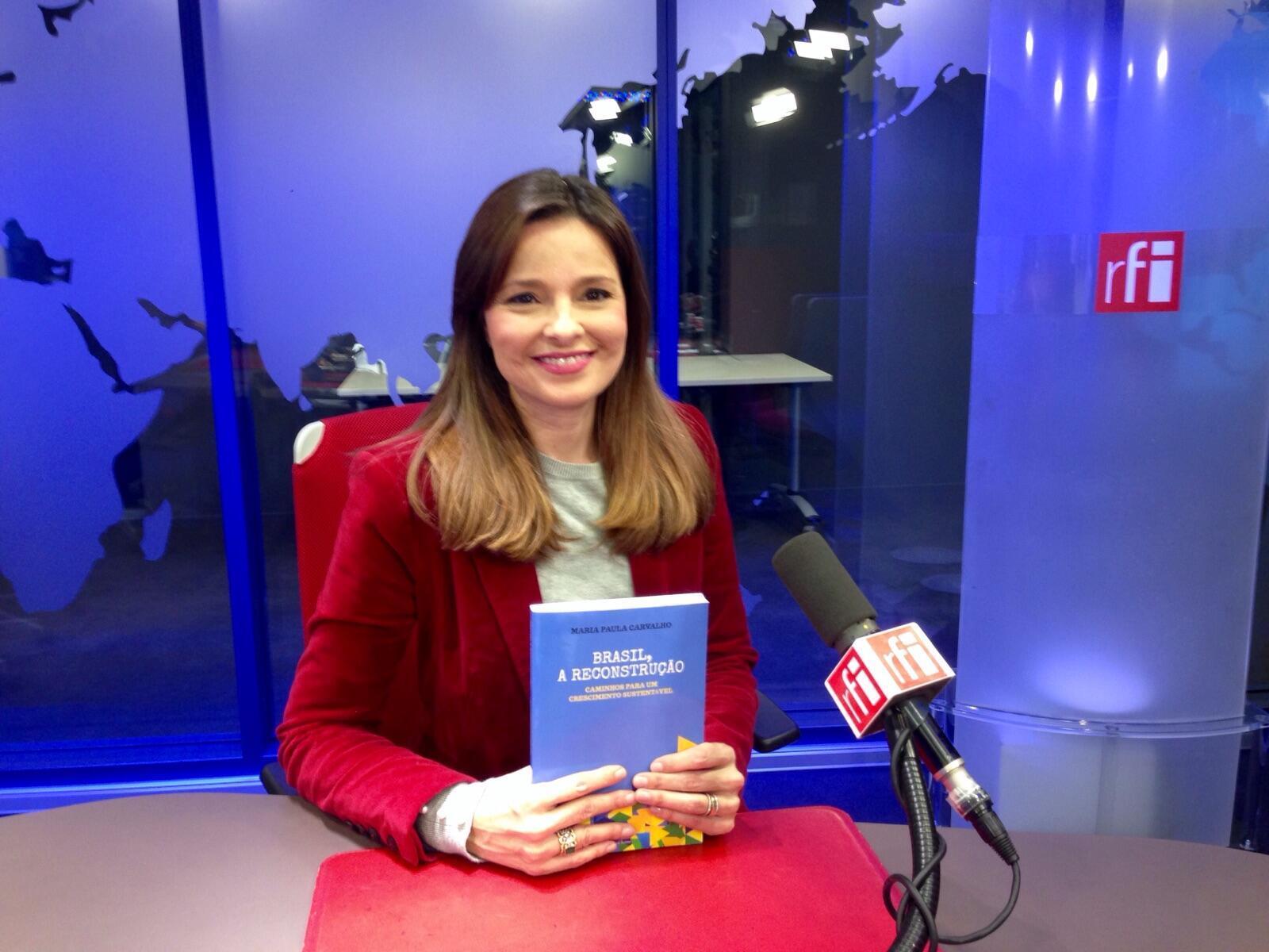 """Maria Paula Carvalho com o seu livro """"Brasil, a Reconstrução."""