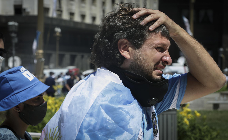 Um torcedor chora depois de prestar homenagem à Diego Armando Maradona quando o cortejo fúnebre deixa a Casa Rosada para o cemitério, em Buenos Aires, no dia 26 de novembro de 2020.