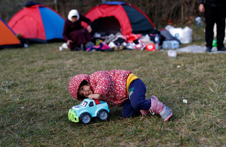 Menina afegã, Elena brinca no principal terminal de ônibus da cidade fronteiriça de Edirne, Turquia, em 8 de março de 2020.