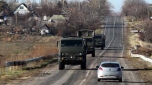 Comboio militar é visto na região de Donetsk, controlada pelos separatistas.