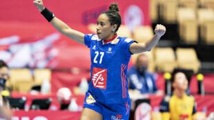 L'arrière gauche de l'équipe de France de handball, Estelle Nze Minko, lors d'un match contre la Suède à l'Euro, le 15 décembre 2020 à Herning