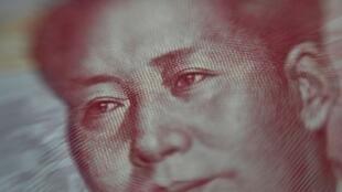 Un billete de 100 yuanes, en una imagen tomada en Pekín el 25 de agosto de 2015