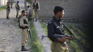 Lính Pakistan canh gác nơi ở của Ben Laden sau khi trùm khủng bố bị biệt kích Mỹ triệt hạ, Abbottabad, 05/05/2011 (Reuters)