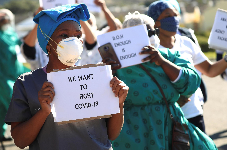 Personal sanitario exigen más medios contra la pandemia en Sudáfrica