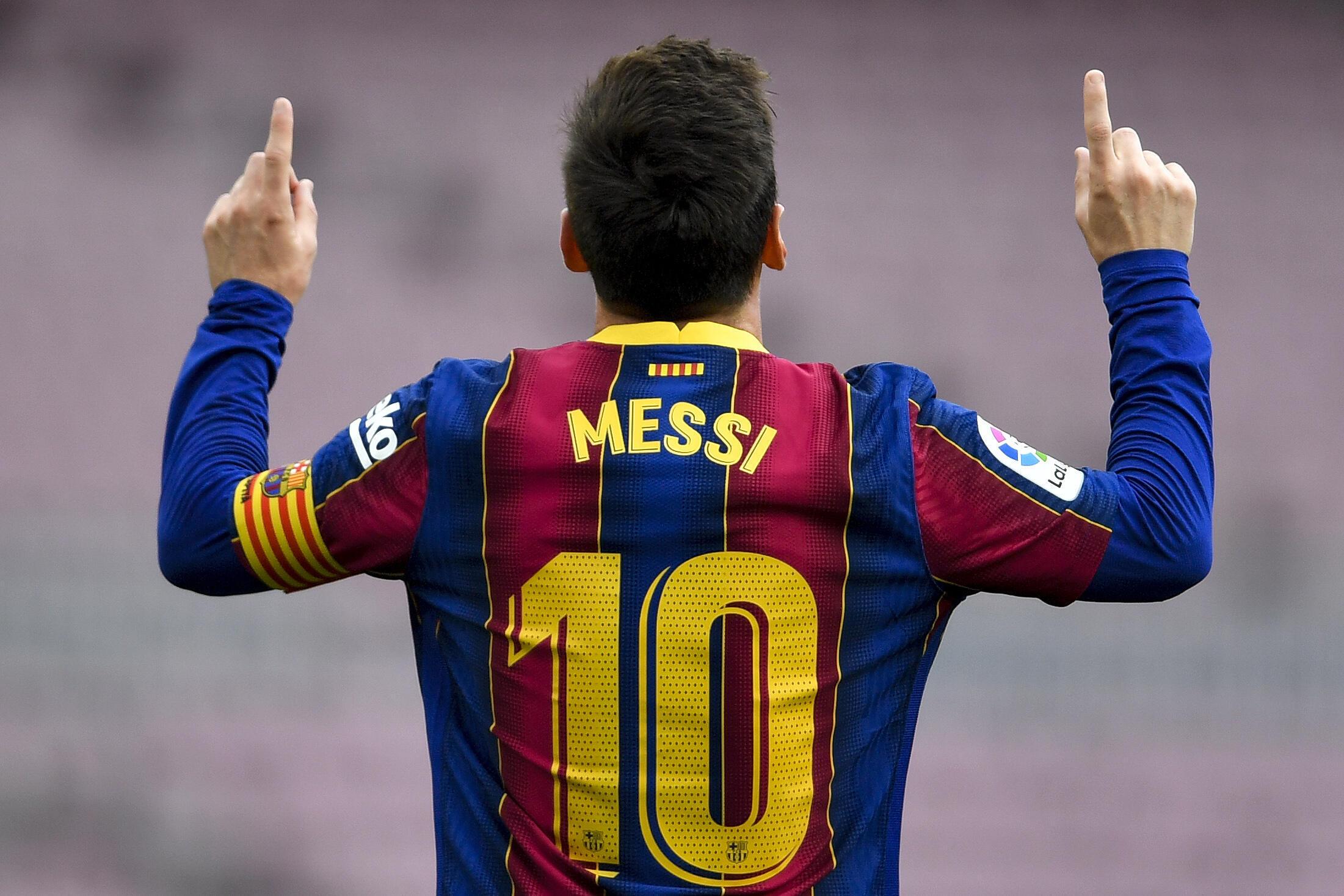 Foto tomada el 16 de mayo de 2021, muestra al delantero argentino del Barcelona Lionel Messi celebrando tras marcar un gol durante el partido de la Liga española ante el Celta de Vigo en el estadio Camp Nou de Barcelona, el 16 de mayo de 2021.