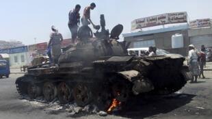 Tanque abandonado nas ruas de Aden depois de combates entre milícias xiitas e comitês de defesa do governo.