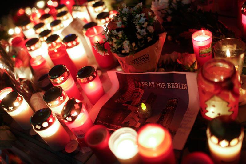 Des bougies allumées au marché de Noël de Breitscheidplatz à Berlin, en hommage aux victimes de l'attentat.
