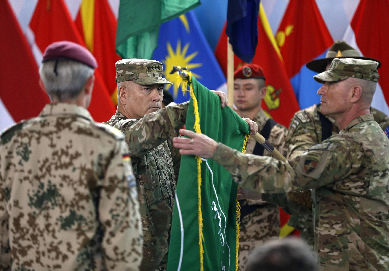 Em ato simbólico em Cabul, general americano dobrou a bandeira da operação da Otan no Afeganistão.