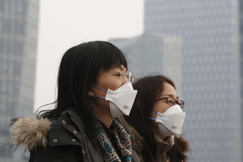Des jeunes filles portant des masques filtrants pour se protéger de la pollution à Shanghai, le 10 mars 2014.