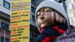 Estátua construída na frente da embaixada de Seul, símbolo da escravidão sexual na 2ª Guerra Mundial