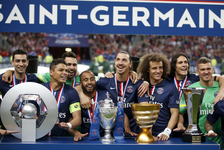 Jogadores do PSG exibem os quatro troféus conquistados na França na temporada 2014/2015.