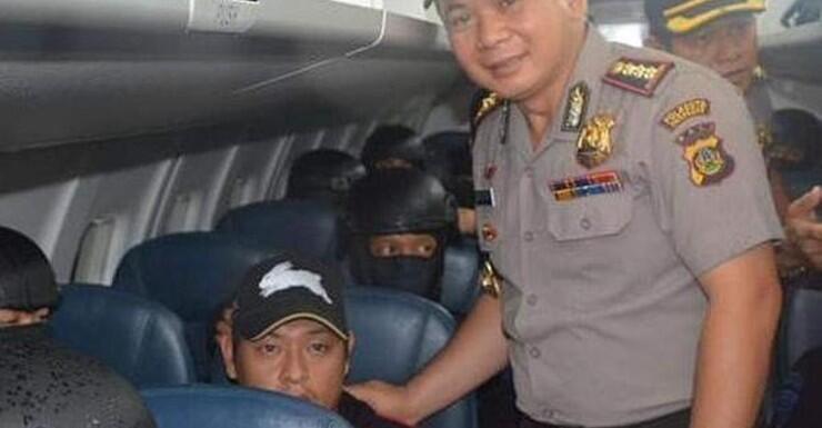 O chefe da polícia Djoko Hari Utomo  em foto com o condenado Andrew Chan.