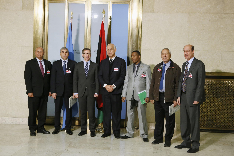 L'émissaire de l'ONU pour la Libye, Bernardino Leon, avec des membres du gouvernement de Tobrouk, le seul reconnu par la communauté interantionale.