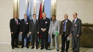 L'émissaire de l'ONU pour la Libye, Bernardino Leon, avec des membres du gouvernement de Tobrouk, le seul reconnu par la communauté internationale.