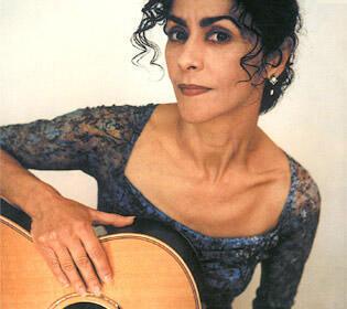 Portrait de la chanteuse, guitariste et compositrice Angélique Ionatos.