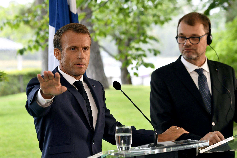 Макрону пришлось оправдываться на следующий день, находясь в Хельсинки. Справа — премьер Финляндии Юха Сипиля