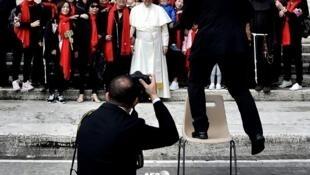 Giáo hoàng Phanxicô chụp ảnh với các tín đồ từ Trung Quốc, 18/4/2018, Vatican.
