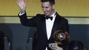 توپ طلایی فیفا به Lionel Messi به عنوان بهترین بازیکن جهان در سال ٢٠١۵ ، در مراسمی که در زوریخ برگزارشد به وی اهدا شد. ٢١ دی/ ١١ ژانویه٢٠١٦