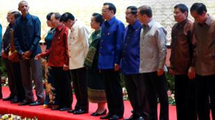 奥巴马9月7日与出席东盟峰会的各国领袖在一起。