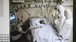 Monitor  de observação de um paciente de 67 anos contaminado pelo virus H 7 N9 no hospital de Hangzhou, na província de Zhejiang.