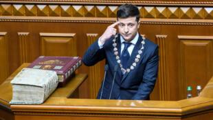 Le président ukrainien Volodymyr Zelenskiy prête serment lors de la cérémonie d'inauguration dans la salle du parlement à Kiev, en Ukraine, le 20 mai 2019.