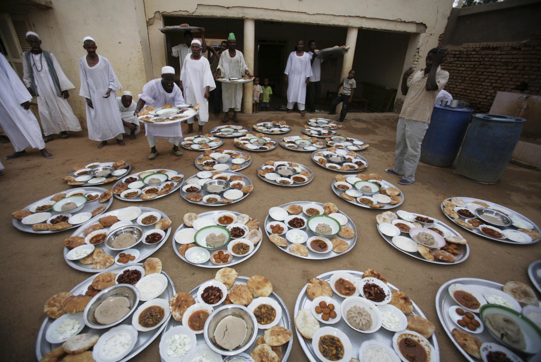 Musulmi a birnin Khartoum na kasar Sudan yayin shirin rabon abincin buda baki a watan azumin Ramadan.