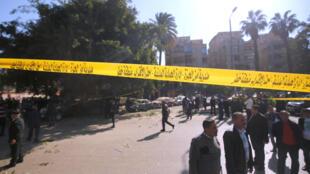 La police a bouclé le secteur avec un cordon jaune et procédé à la recherche d'éventuels autres explosifs. Le Caire, le 9 décembre 2016.