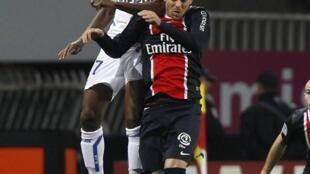 No alto, o jogador Kamel Chafni , do Auxerre, em partida disputada contra o PSG no dia 4 de Dezembro.
