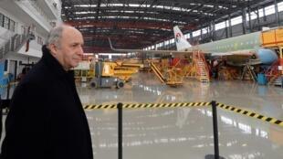 Лоран Фабиус в Китае на заводе по сборке Аэробусов 24/02/2014 (архив)