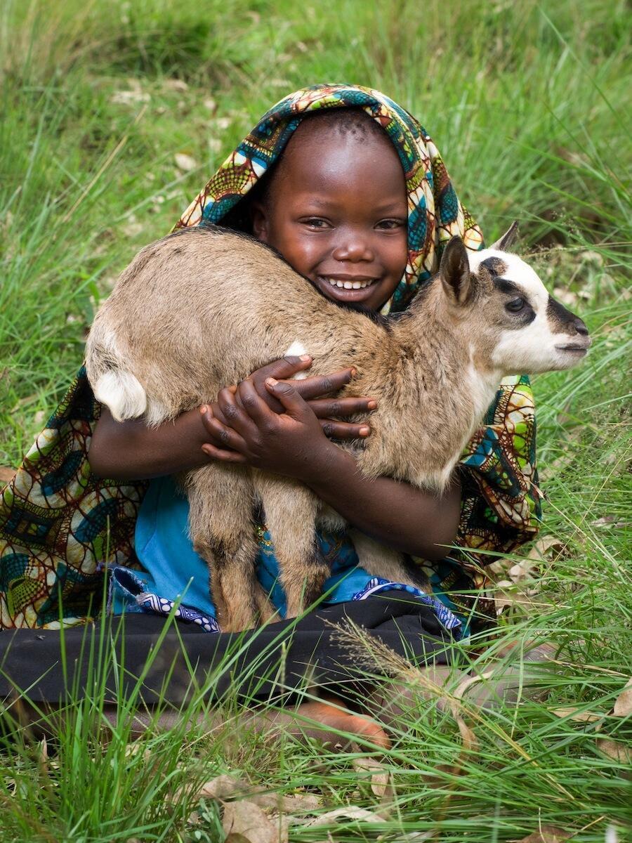 Paulina sostiene una cabra, uno de los regalos solidarios que pueden cambiar el mundo.