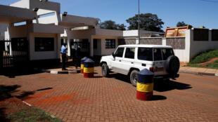 Un véhicule transportant des suspects à l'entrée du siège de la direction des enquêtes criminelles, à Nairobi, le 28 mai 2018.