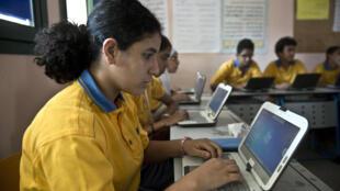 Des lycéens égyptiens dans une classe «high tech» d'un établissement privé, en 2013 au Caire.
