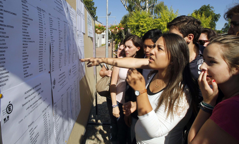 Des élèves devant la liste des résultats du Baccalauréat, en région parisienne, en juillet 2011.