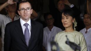 挪威外交部副部長艾德2011年10月8日在仰光會見昂山素姬之後回答記者提問。