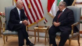 Le vice-président Joe Biden (G) s'entretient avec le président irakien Jalal Talabani à Bagdad, le 30 novembre 2011.