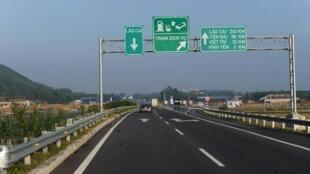 Một đoạn đường cao tốc Hà Nội-Lào Cai chạy qua tỉnh Vĩnh Phúc, Việt Nam. Ảnh chụp ngày 01/11/2014